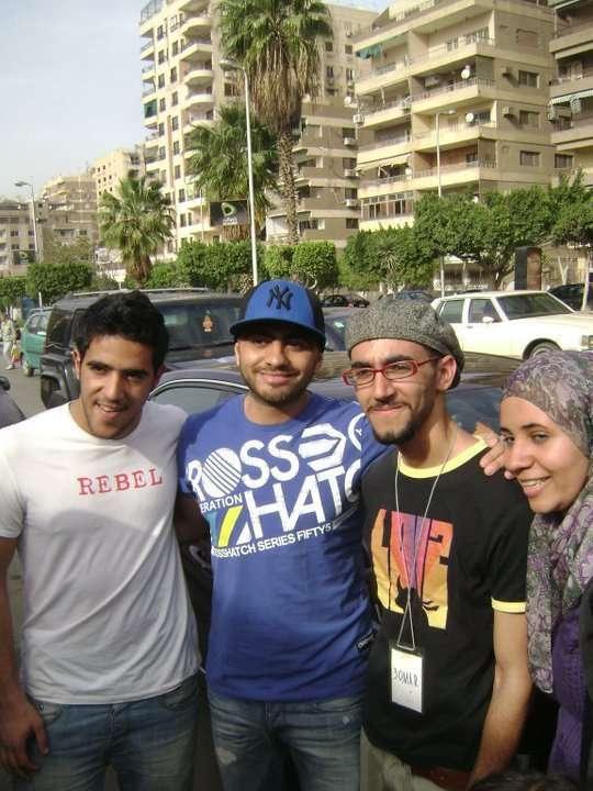 صور تامر حسني يكتب اسم شهداء التحرير على الجدار iqpica78d556538.jpg